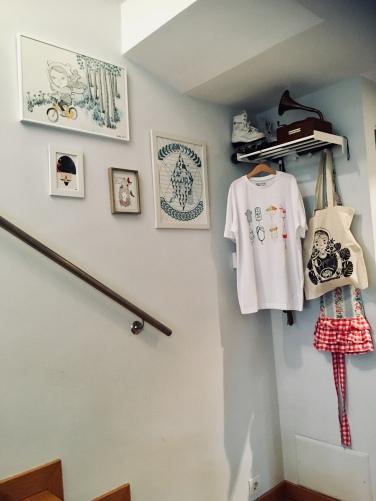 "Home Decor. Camiseta ""Heladitos Ochenteros"" diseño original Eila Moon. Bolso Mamushka, ilustración original Clara Pisón. Cuadros Ilustrados por Clara Pisón, Eila Moon y Lady Desidia. ©Arte Miúda"